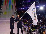IOC-Präsident Thomas Bach übergibt die Olympische Flagge an Chen Jining, den Bürgermeister von Peking.