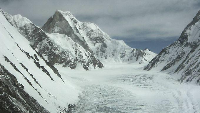 Der K2 (l.) und das Gletschertal fotografiert aus einem Helikopter.