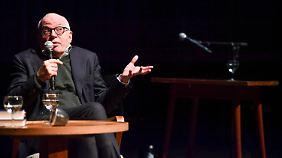 """Und dann saß er auf der Couch im Weißen Haus: Michael Wolff berichtet davon in der Berliner """"Volksbühne""""."""