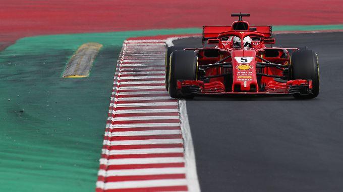 In diesem roten Auto sitzt Sebastian Vettel.