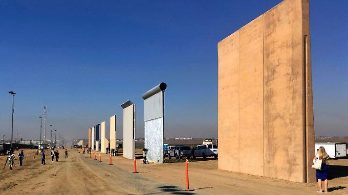 Entwürfe für die Grenzmauer stehen in San Diego.