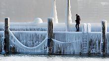Der Konstanzer Hafen am Bodensee ist mit Eis überzogen.