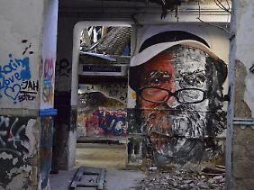 Graffiti in einem verlassenen Gebäude inAthen: Wo sich die Stadt zurückzieht, entsteht oft StreetArt.