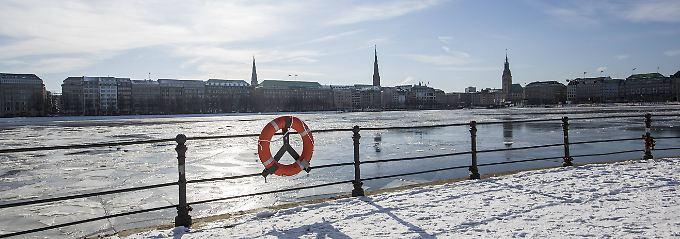 Frost im Norden: Eisschollen treiben auf der Hamburger Binnenalster.