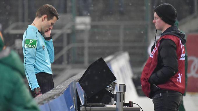 Die Wiederholung der fraglichen Spielszene ist im Stadion dem Schiedsrichter vorbehalten - nur ein Problem in der ganzen Sache.