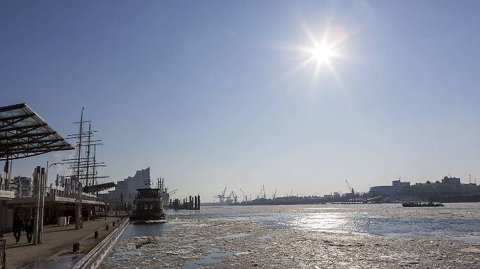 Die Eisplatten auf der Elbe in Hamburg werden bald verschwunden sein.
