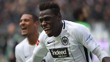"""Den Sieg hat er seinem Spieler Danny da Costa zu verdanken. Der trifft erstmals in der Bundesliga. Auf die Frage, ob er dafür ein Ständchen bringen muss oder eher einen ausgeben, sagt er klar: """"Ich denke, keiner will mich hier singen hören."""""""