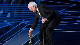 Nimmt den Oscar für sein adaptiertes Drehbuch mit nach Hause: James Ivory.