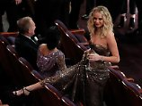 Ein Glas Wein - und viel Bein: Jennifer Lawrence fällt aus der Rolle