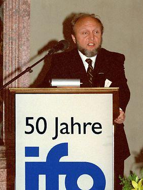 1999 schuf Sinn zusammen mit dem Ifo-Institut, dessen Präsidentschaft er im gleichen Jahr übernahm, das internationale CESifo-Forschernetzwerk, das jährlich über 500 englischsprachige Forschungsberichte veröffentlicht und etwa 25 jährliche Fachkonferenzen organisiert.