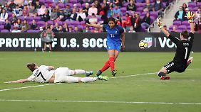 Gegen die zuvor ebenfalls sieglosen Französinnen ging das DFB-Team sang- und klanglos unter.