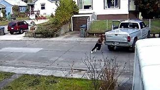 Mutter greift beherzt ins Lenkrad: Räuber will Auto mit schlafendem Kind klauen