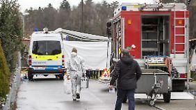 Die Feuerwehr ging zunächst von einem gewöhnlichen Brand in dem Familienhaus aus, stieß dann aber auf die vier Leichen.