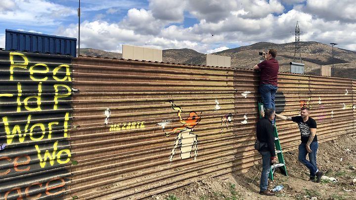Touristen versuchen bei San Diego einen Blick auf die Prototypen für Trumps Grenzmauer zu erhaschen.