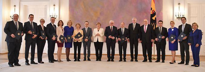 Bundespräsident Steinmeier überreichte den Ministerinnen und Ministern ihre Ernennungsurkunden.