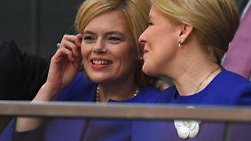 Impressionen abseits der Kanzlerinwahl: Blaue Kleider, ein abgelenkter Ehemann und ein kleiner Skandal