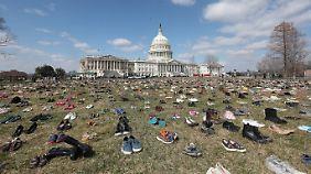 Mit 7000 Schuhpaaren vor dem US-Kapitol gedenken Aktivisten an getötete Kinder.