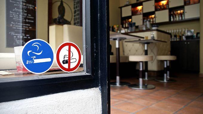 Die Entscheidung, ob in Gaststätten geraucht werden darf, bleibt den Gastronomen überlassen.