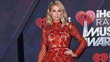Paris Hilton hat ihren gigantisch großen Verlobungsring beim Tanzen in einem Club verloren.