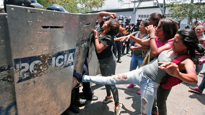 Nach dem Vorfall in dem Gefängnis kommt es zu massiven Protesten in Venezuela.