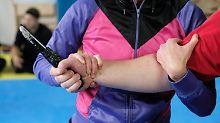 Appell von Polizeigewerkschaft: Mindeststrafe für Messerstecher gefordert