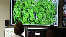 Im Kontrollraum wird das Wachstum des Gemüses in der Antarktis überwacht.