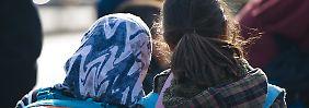 Manchmal kommen schon Grundschülerinnen mit Kopftuch in den Unterricht. Verbieten oder nicht?