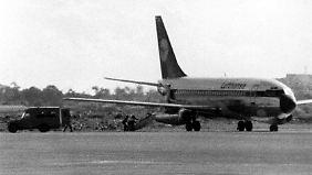 """Die entführte """"Landshut"""" steht auf dem Flughafen des somalischen Mogadischu."""