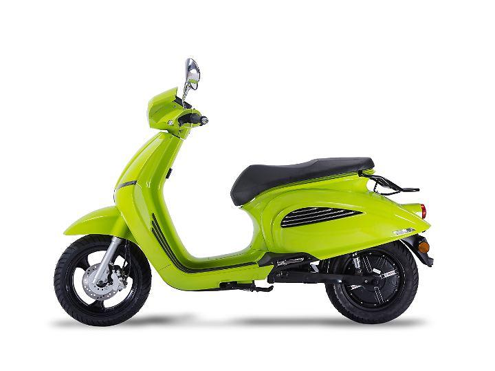 Ebenfalls mit Vespa-Flair kommt der E-Scooter Elly von Govecs angestromert.