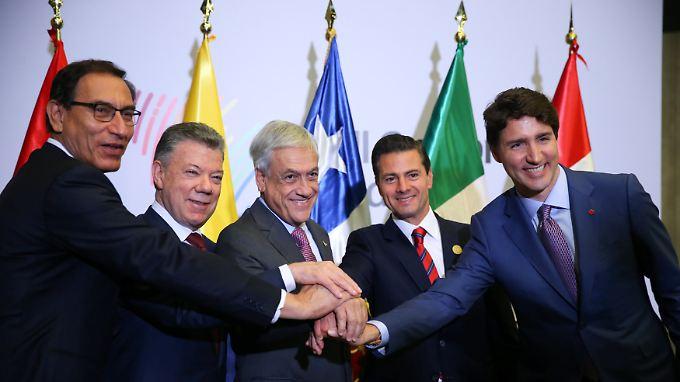 Die Präsidenten Perus, Kolumbiens, Chiles, Mexikos sowie der kanadische Premierminister (v.l.n.r.) präsentierten sich nach dem Treffen in Lima gut gelaunt den Kameras.