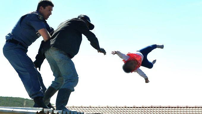 Der Moment, als das Unfassbare geschieht: Der Vater schmeißt seine Tochter vom Dach seiner Hütte.