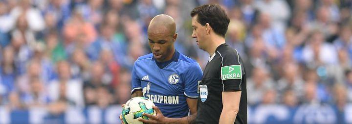 Das ist der Ball: Manuel Gräfe erklärt Naldo, worum es geht.