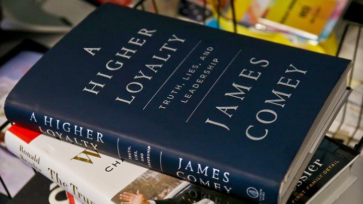 """Fox-News-Moderator Sean Hannity hat Comey vorgeworfen, mit dem Buch seinen """"Hass auf Trump"""" zu Geld zu machen."""