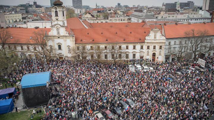 Zehntausende Demonstranten forderten in Bratislava den Rücktritt des Polizeichefs.