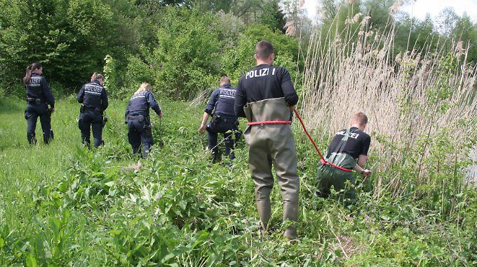 Das Opfer soll mit neun Hammerschlägen getötet und anschließend an einem Betonteil im See versenkt worden sein.