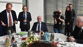 Am Verhandlungstisch in Potsdam: Verdi-Chef Frank Bsirske (l.), dbb-Chef Ulrich Silberbach (2.v.l.) und Innenminister Horst Seehofer (r.).