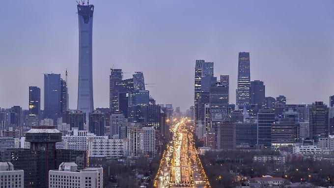 Straßenverkehr im Geschäftsviertel von Peking.