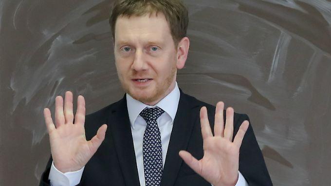Reißt angesichts norddeutscher Feiertagspläne sprichwörtlich die Hände hoch: Sachsens Ministerpräsident Michael Kretschmer.