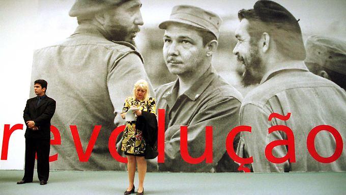 """Das Wort """"Revolution"""" steht unter einem Bild von Fidel (l.) und Raul Castro (m.) sowie Ernesto """"Che"""" Guevara (r.) vor dem Museum of Contemporary Art in Niteroi, Havannas Partnerstadt in Brasilien."""