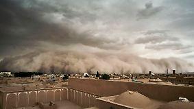 Unheimliches Naturspektakel im Iran: Gewaltiger Sandsturm rollt über Wüstenstadt