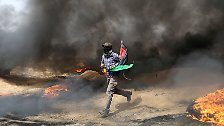 Die israelischen Militärs reagieren harsch, bei den Gewaltausbrüchen sterben Dutzende Palästinenser.