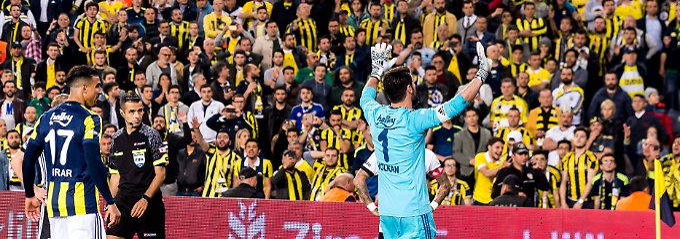 Neulich in Istanbul: Fenerbahçes Torhüter Volkan Demirel versucht, die Fans zu beruhigen.