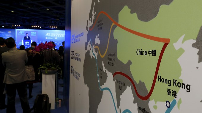 China kündigte 2013 an, die alte Seidenstraße neu zu beleben und damit die Wirtschaft ankurbeln zu wollen. Für umgerechnet 113 Milliarden Euro soll die Infrastruktur für neue Handelsrouten nach Europa, Asien und Afrika geschaffen werden.