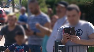 Frau bei Autounfall schwer verletzt: Schaulustige zücken Handy, anstatt zu helfen