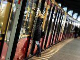 Erst Sex, dann Schläge: Frau befriedigt Mann oral in Berliner S-Bahn
