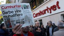 """Wegen """"Terrorunterstützung"""": Lange Haft für """"Cumhuriyet""""-Journalisten"""