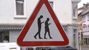 """Vor Schule installiert: Verkehrschild in Reutlingen warnt vor """"Smombies"""""""