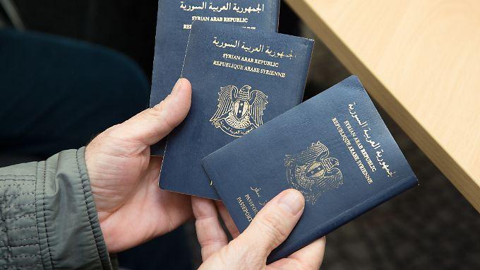 Das Bamf überprüft die Papiere von Flüchtlingen - laut einem Bericht geschah das aber nicht immer.