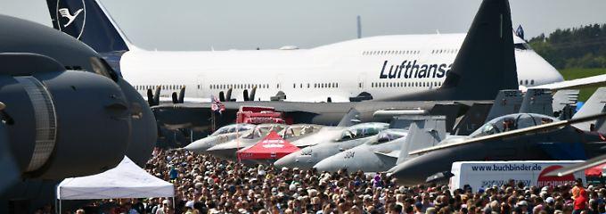 Neuzugänge auf der ILA: Die Lufthansa ist mit einer 747-8 von Boeing in den neuen Firmenfarben nach Berlin geflogen.