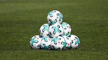 Jeder Spieler bekommt einen Ball - was Kritiker dem Fußball häufig wünschen, wird beim Atomfußball Wirklichkeit.